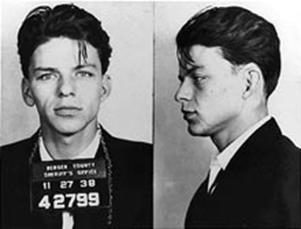 Foto segnaletica di Sinatra del 1938, quando fu arrestato in North Caroline per aver sedotto una ragazza